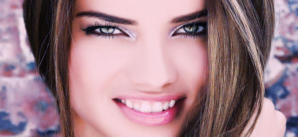 Unul din principalele motive pentru care zâmbetul a devenit atât de important se datorează mediatizării zâmbetelor celebrităților.