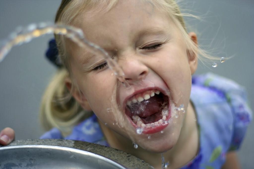 Apa cu fluor scade riscul aparitiei cariei dentare