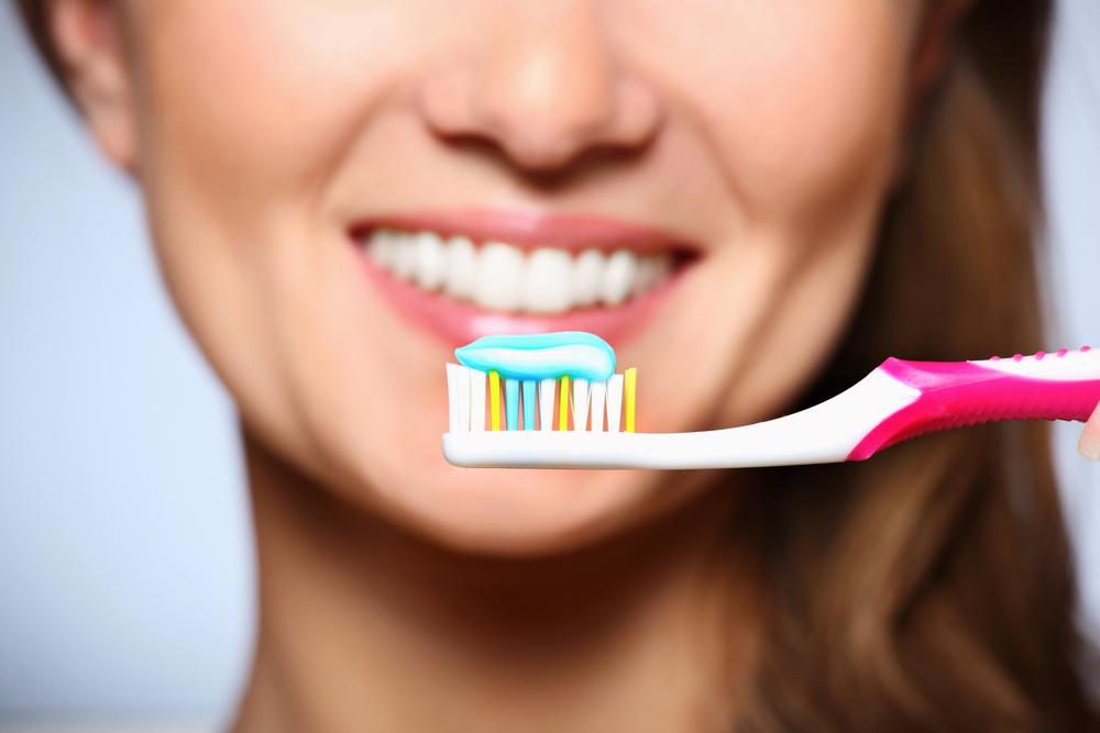 6 obiceiuri proaste atunci când ne spălăm pe dinți